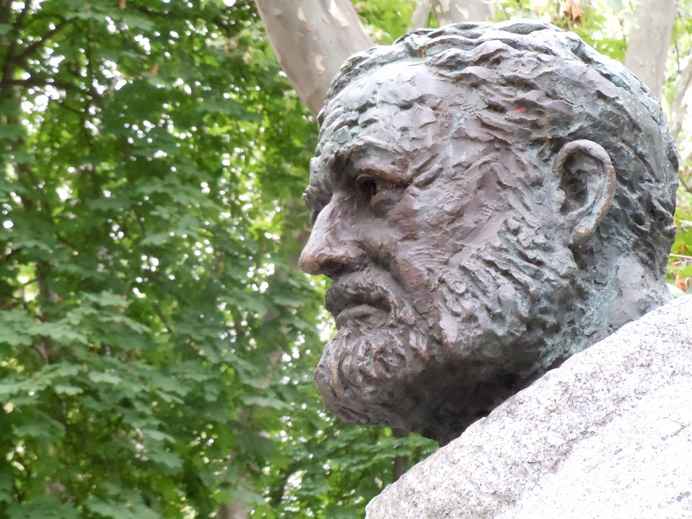 Statue of Ernest adorning the Paseo de Hemingway, just outside the bullring, Pamplona, Spain